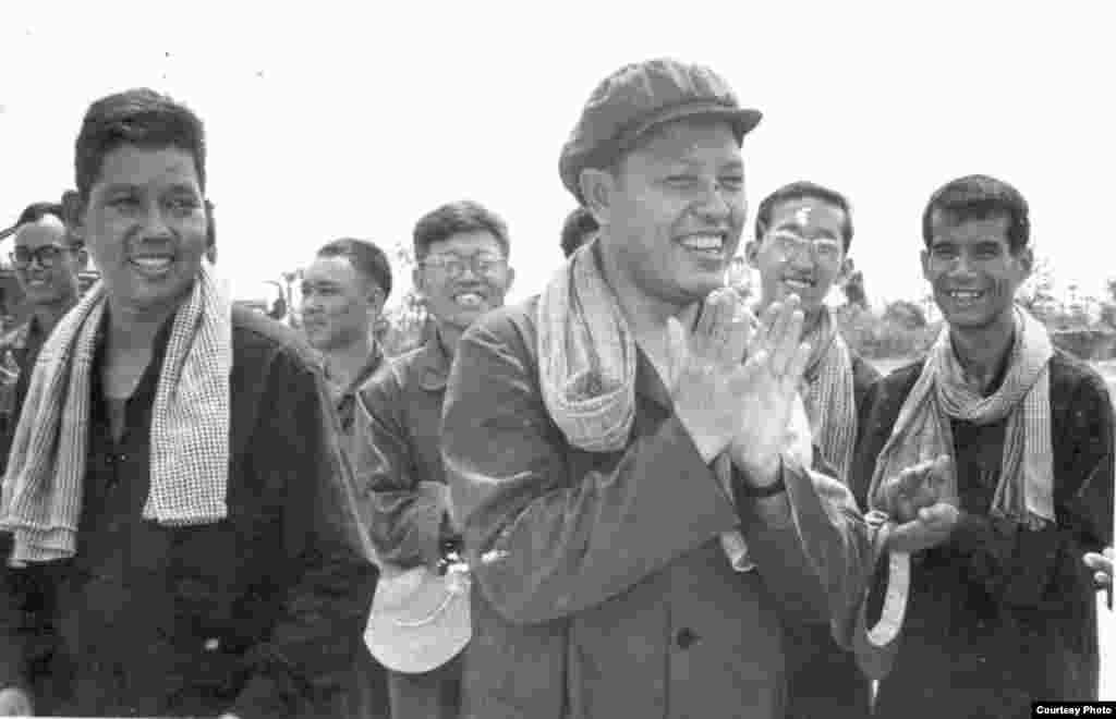 1977年,英萨利与负责经济事务的副总理温威和中国专家在茶胶省视察铁路时鼓掌。温威第二年遭清洗并被杀。(柬埔寨档案馆文件中心)
