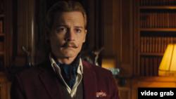 Johnny Depp como Charlie Mortdecai, en la película que actualmente promociona en Japón.