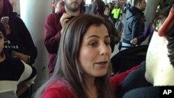 一位留学美国的伊朗学生在纽约肯尼迪机场被释放后向朋友致意2017年1月29日)