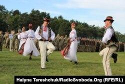 Військово-мистецький колектив подарував закарпатський танець під час відкриття