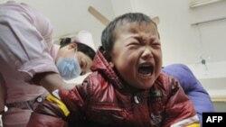 Trẻ em Trung Quốc bị nhiễm độc chì được đưa vào bệnh viện để chữa trị