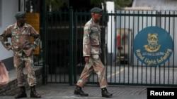 Des membres de l'armée sud-africaine à l'extérieur de la base du Rand Light Infantry Regiment à Craighall Park, Afrique du Sud, le 23 mars 2020.