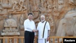 印度总理莫迪在金奈郊外与到访的中国国家主席习近平握手。(2019年10月11日)