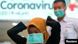 Seorang perempuan mengenakan masker pelindung di Stasiun Sudirman, Jakarta, 4 Februari 2020. (Foto: Ajeng Dinar Ulfiana/Reuters)