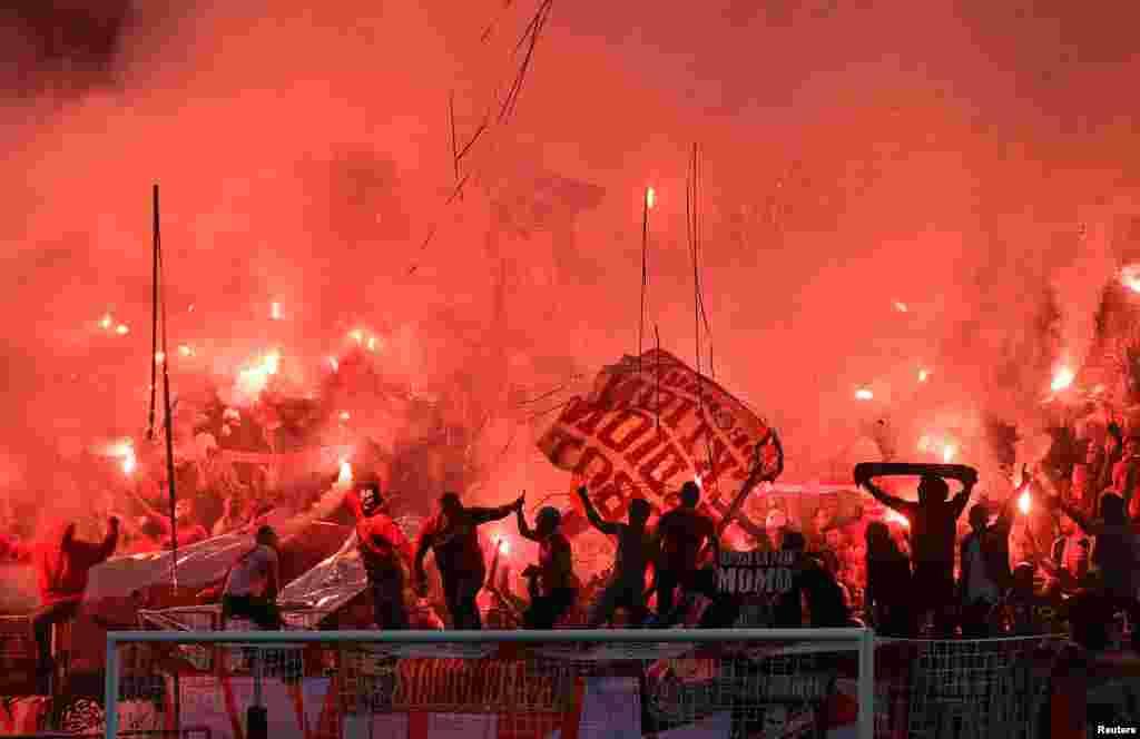 ក្រុមអ្នកគាំទ្រដុតកាំជ្រួចមុនពេលការប្រកួតធ្វើជាម្ចាស់ផ្ទះបាល់ទាត់Europa League រវាងក្រុម1.FC Koeln និងក្រុមCrvena zvezda Belgrade នៅកីឡដ្ឋានMuengersdorfer ក្នុងទីក្រុងCologne ប្រទេសអាល្លឺម៉ង។