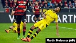 """Pierre-Emerick Aubameyang """"s'écroule"""" sur le terrain, Leverkusen, 21 février 2016"""
