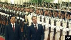 중국군 의장대를 사열하는 메드베데프 대통령(우)과 후진타오 주석