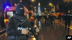 Des policiers ont quadrillé le lieu de l'attentat contre un bus de la sécurité présidentielle à Tunis, 24 novembre 2015. (AP Photo/Hassene Dridi)