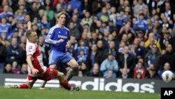 Fernando Torres berhasil meloloskan gol yang ke-3 kalinya ke gawang Clint Hill (Queens Park Rangers) dalam Liga Sepakbola Premier Inggris di Stadion Stamford Bridge, London (29/4).