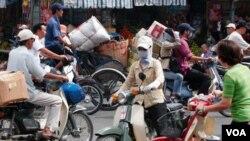 Ở Sài Gòn, sự ngột ngạt do mật độ con người lẫn xe cộ, trong khi mảng xanh thiếu, có thể được cảm nhận rất rõ.