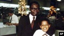 صدر براک اوباما کےبچپن کی ایک یادگارتصویر: اپنے والد کے ہمراہ