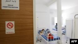 Des patients séropositifs sont allongés sur leur lit au Centre de traitement ambulatoire de Nouakchott (CTA) à Nouakchott le 27 avril 2006.