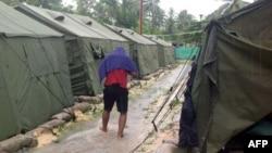 Seorang pria berjalan di antara tenda-tenda di pusat tahanan milik Australia bagi para pencari suaka di pulau Manus, Papua Nugini (foto: dok).