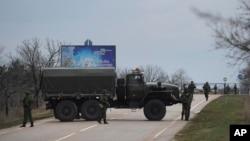 2月28日俄羅斯軍隊阻斷了通往烏克蘭克里米亞軍事機場的道路