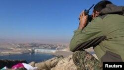 یک جنگجوی نیروهای مخالف اسد در نزدیکی سد تیشرین بعد از آزادی از دست داعش در سوریه