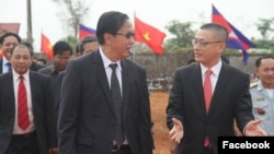 "Mr. Pan Sorasak, Cambodia's minister of commerce (left) and Vietnamese ambassador to Cambodia Vu Quang Minh preside over the inauguration ceremony of ""Da Market,"" a joint initiative of the two nations, located along the border of Memot district of Tboung Khmum province and of Tay Ninh province in Vietnam, on January 16, 2018. (Courtesy : Facebook page of Ministry of Commerce)"