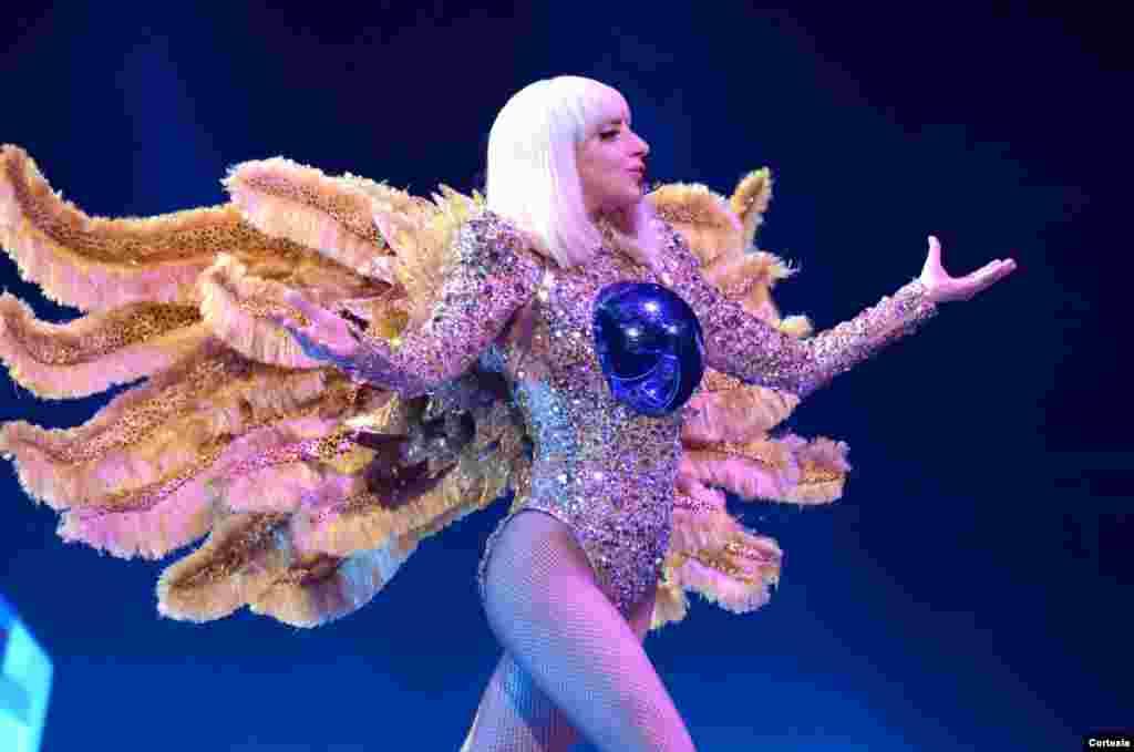 Como un ángel Lady Gaga salió al escenario para dar inicio a su concierto ArtRave, en la capital de Estados Unidos.