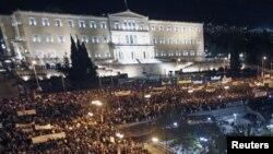 Warga Yunani berkumpul di depan gedung parlemen di Lapangan Syntagma, di pusat kota Athena, memprotes langkah penghematan parlemen Yunani (7/11).