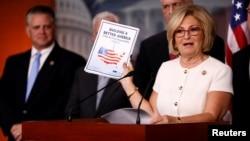 Anggota DPR AS Diane Black menunjukkan RUU Anggaran 2018 pemerintah AS (foto: dok).