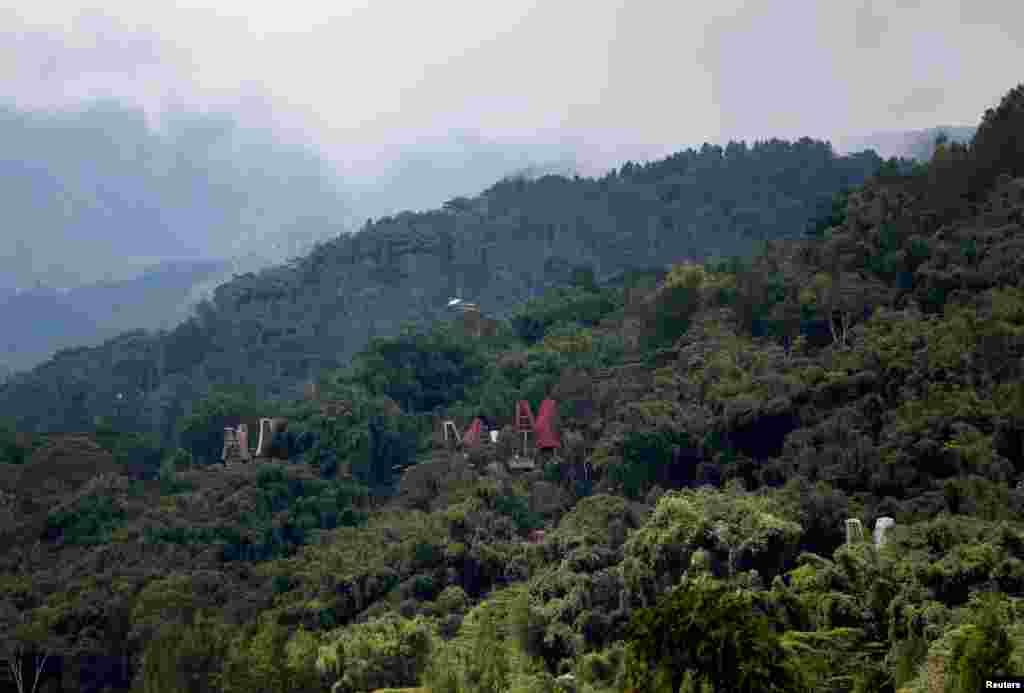 قبرستان کے پاس یہاں کے باشندوں کےروایتی گھر موجود ہیں