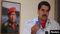 Николас Мадуро, вршителот на должноста претседател на Венецуела, со примерок на Уставот на земјата, на прес-конференција во Каракас