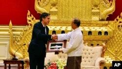 ប្រធានាធិបតីភូមា Thein Sein (រូបស្តាំ) ចាប់ដៃជាមួយអនុរដ្ឋមន្រ្តីក្រសួងការបរទេសរបស់ស.រ.អា. Antony Blinken (រូបឆ្វេង) ខណៈដែលលោកប្រគល់វត្ថុអនុស្សាវរីយ៍កំឡុងកិច្ចប្រជុំរបស់ពួកគេនៅ Presidential Palace កាលពីថ្ងៃទី២១ ខែឧសភា ឆ្នាំ២០១៥ នៅក្រុង Naypyitaw ប្រទេសភូមា។