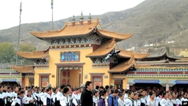 Thousands of Tibetan students stage protests in Rebkong, northwestern China's Qinghai province, 19 Oct 2010