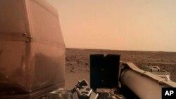 26일 화성에 착륙한 나사(NASA)의 '인사이트호'가 찍은 화성의 모습. NASA