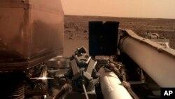 Foto kondisi permukaan planet Mars yang difoto oleh lengan robotik pesawat Insight.