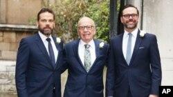 روپرت مرداک و پسرانش، جیمز و لکلن، در مراسم عروسی مرداک ۸۶ ساله با «جری هال»، اسفند ۱۳۹۴ در لندن