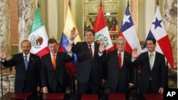 Presidents Felipe Calderon of Mexico, Juan Manuel Santos of Colombia, Alan Garcia of Peru and Sebastian Pinera of Chile (L-2nd R) pose for the media with Panama's Canal Affairs Minister Romulo Roux (R) at the government palace in Lima, April 28, 2011
