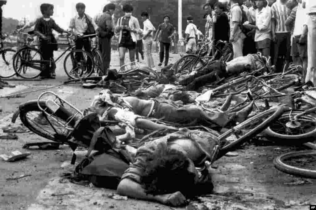 北京天安门广场附近,被碾压后的自行车残骸上躺着死难者的尸体(1989年6月4日)