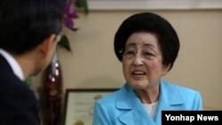 김대중 전 한국 대통령의 부인 이희호 여사가 지난달 29일 서울 동교동 자택에서 황교안 국무총리 와 환담하고 있다. (자료사진)