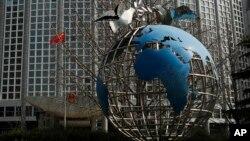 中国外交部大楼前的地球仪与和平鸽。(2020年3月18日)