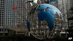 Tư liệu: Tác phẩm điêu khắc quả địa cầu bên ngoài Bộ Ngoại giao ở Bắc Kinh, ngày 18/3/2020. Ít nhất 13 phóng viên Mỹ chờ bị trục xuất khỏi TQ, trả đũa quyết định của Mỹ hạn chế thị thực đối với truyền thông nhà nước TQ hoạt động tại Hoa Kỳ. (AP Photo/Andy Wong)