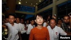 Bà Suu Kyi lên đường đi Thái Lan trong chuyến xuất ngoại đầu tiên trong 24 năm