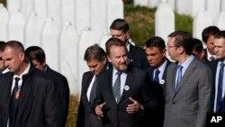 Arhiva - Član Predsedništva BiH Bakir Izetbegović (centar) i tadašnji premijer Srbije Aleksandar Vučić, u memorijalnom centru ubijenima u genocidu u Potočarima, kraj Srebrenice, 2015. godine.