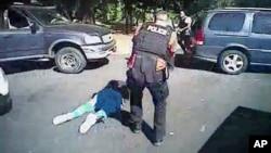 Hình ảnh được trích ra từ đoạn video do Sở Cảnh sát Charlotte-Mecklenburg cung cấp ngày 24/9/2016 cho thấy ông Keith Scott nằm trên mặt đất khi cảnh sát tiếp cận.