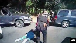 夏洛特警察局9月24日公布9月20日基思.斯科特被警方射中后倒在地上的视频截屏