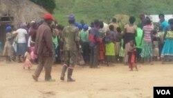 Une réunion dans un village contrôlé FDLR au Nord-Kivu, en RDC. (Nicholas Long for VOA News)