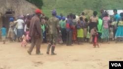 Une réunion dans un village contrôlé par les FDLR dans le Nord-Kivu, RDC. (VOA/Nicholas Long)