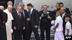 Глава католической церкви папа Римский Франциск (слева) стоит рядом с президентом Кубы Раулем Кастро в международном аэропорту Гаваны. 19 сентября 2015 г.