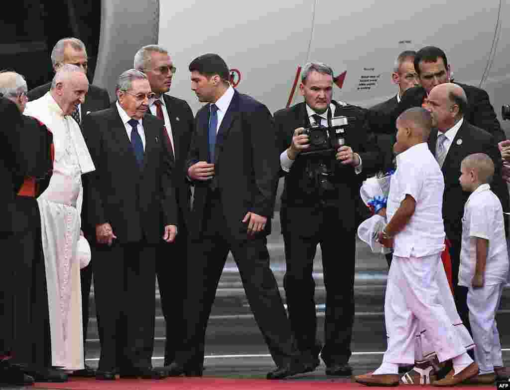 Papa Francis, kushoto, asimama karibu na Rais Raul Castro, alipomkaribisha baada ya kutuwa kwenye uwanja wa ndege wa kimataifa wa Jose Marti, Havana, Sept. 19, 2015.