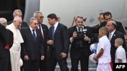 쿠바에 도착한 프란치스코 교황이 공항에 영접나온 라울 카스트로 쿠바 국가평의회 의장의 환영을 받고 있다.
