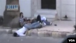 Korban tewas dan luka-luka akibat kekerasan pasukan Suriah tampak tergeletak di jalan di kota Homs (11/8).