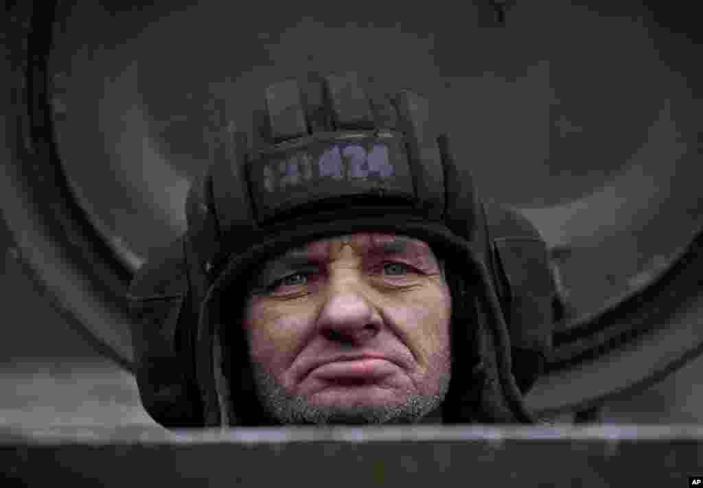 Rusiya tərəfdarı separatçılar Ukraynanın şərqindən ağır texnikanı çıxarır