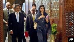 Ngoại trưởng Ấn Ðộ S.M. Krishna (trái) và Ngoại trưởng Pakistan Hina Rabbani Khar (phải) trước cuộc họp ở Islamabad, Pakistan, ngày 8/9/2012.