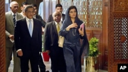 Indian Foreign Minister S.M. Krishna, left, and his Pakistani counterpart Hina Rabbani Khar, right, arrive for a meeting in Islamabad, Pakistan, September 8, 2012.