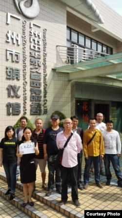 广州公民张六毛妹妹张唯楚在看守所前抗议 (网络图片)