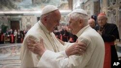 Le Pape François, à gauche, et le pape retraité Benoît XVI lors de la ceremonie de son 65e anniversaire au Vatican, le 28 2016.